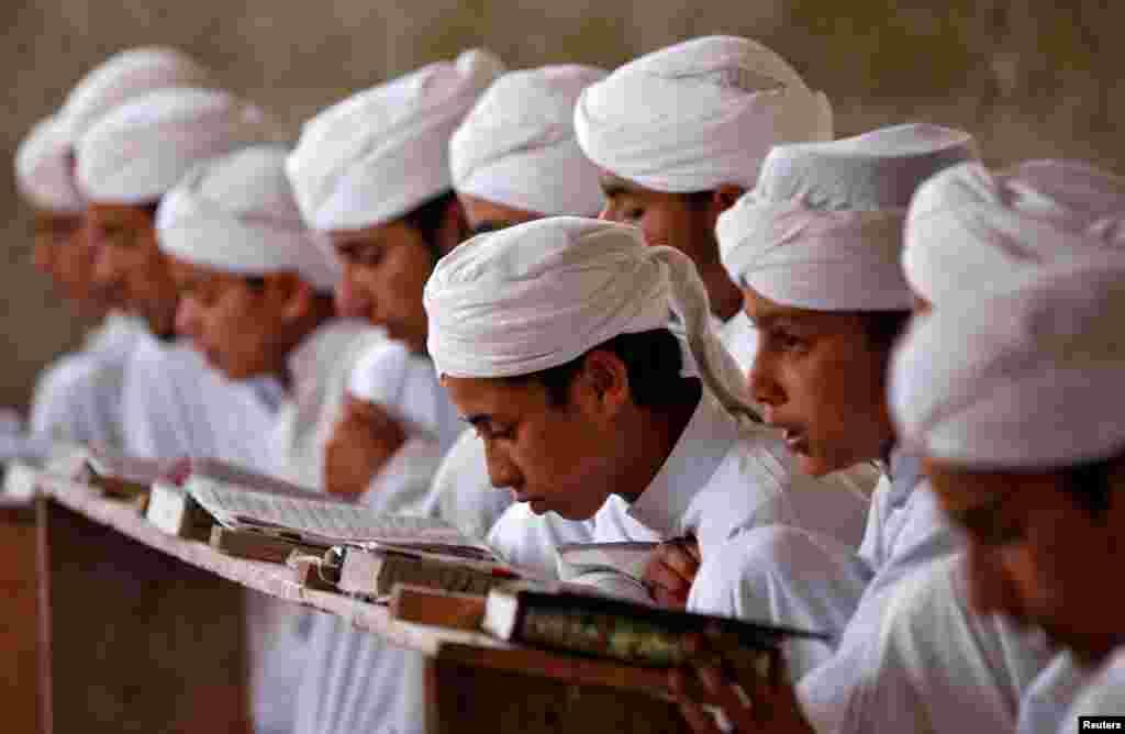 កុមារាមួយក្រុមកំពុងអានគម្ពីរ Koran ខាងក្នុង Markaz Al-Madrasa Al-Islamia ដែលជាថ្នាក់សិក្ខាសាលាឥស្លាមនិងកុមារកំព្រាក្នុងពិធីបុណ្យអត់អាហារម៉ូស៊្លីម Ramadan នៅក្នុងភូមិ Shadipora ជាយក្រុង Srinagar ប្រទេសឥណ្ឌា។