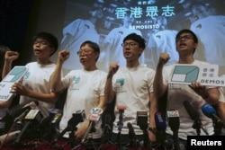 2016年4月10日香港众志成立仪式上黄之锋(左一)呼喊口号