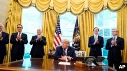 Predsednik Tramp u Ovalnoj kancelariji Bele kuće posle razgovora sa izraelskim premijerom i kraljem Barheina, 11. septembra 2020.