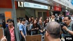 有大陸遊客在旺角街頭駐足圍觀示威者呼籲旅客不要隨地便溺的標語