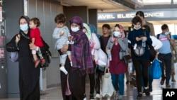从喀布尔撤出的阿富汗家庭抵达华盛顿的杜勒斯国际机场(2021年9月3号)