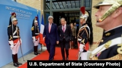 Ngoại trưởng John Kerry cùng với đặc sứ về các cuộc đàm phán Israel-Palestinian Frank Lowenstein tại Paris, Pháp, hôm 3/6.