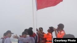 台国安会秘书长胡为真等高官视察南沙群岛,登上太平岛外的中洲礁升旗宣示主权 (台湾国安会提供图)