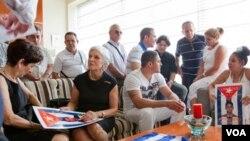 Un grupo de familiares y amigos esperan la llegada de sus familiares cubanos recientemente liberados por el gobierno cubano, el pasado mes de agosto de 2010.