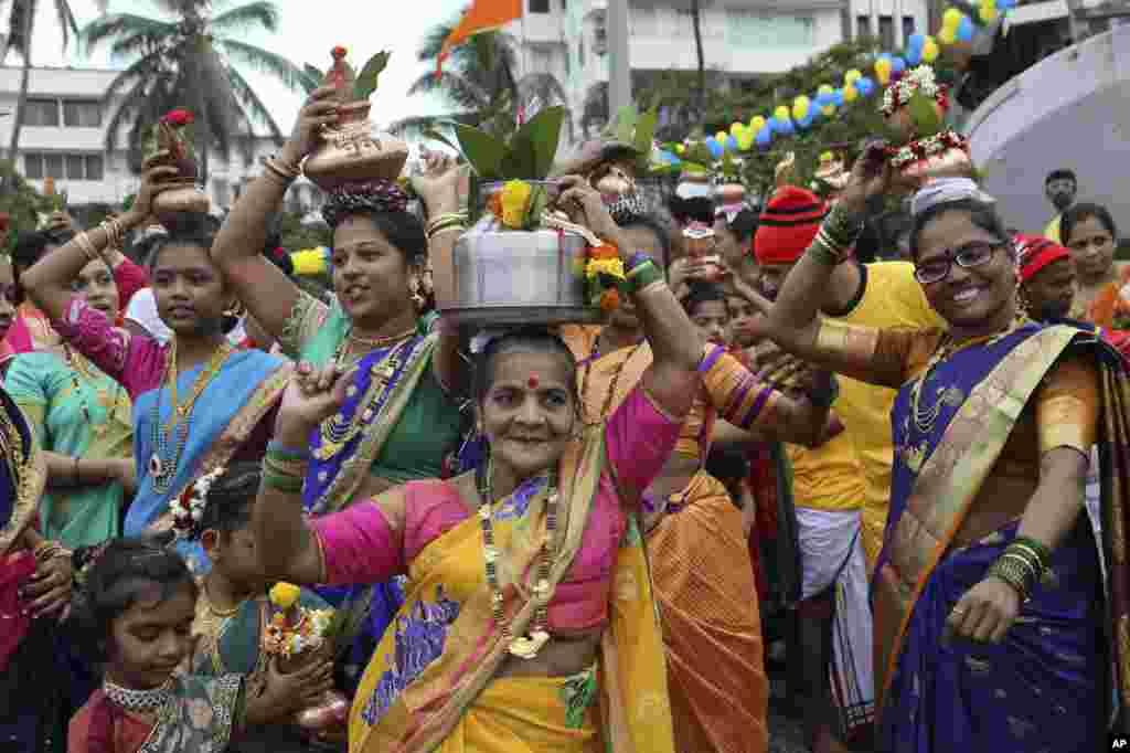 زنان ماهیگیردر حال رقص به مناسبت جشنهای «نارلی پیورنیما» در بمبئی، هند.
