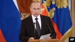 Tổng thống Nga Vladimir Putin phát biểu trước các binh sĩ phục vụ tại Syria ở Moscow, Nga, ngày 17/3/2016.
