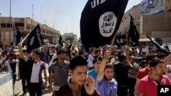 지난해 6월 이라크 바그다드 북부 무술 지역에서 ISIL을 추종하는 시위대가 거리 행진을 하고 있다. (자료사진)