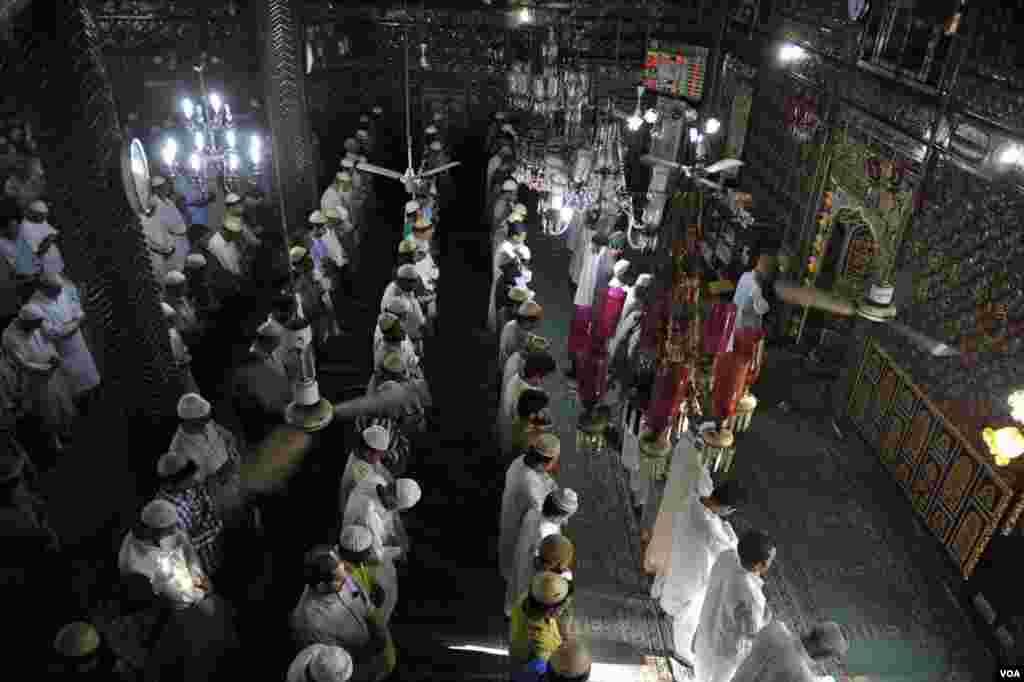 وادی کشمیر کی اولین مسحد خانقاہ معلیٰ میں ادائیگی نماز کا ایک منظر