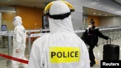 身穿防护服的中国警察在上海浦东国际机场执勤。(2020年3月20日)