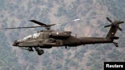 美军的一架阿帕契AH-64战斗直升机在飞行(资料照片)
