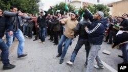 2月6日,一批叙利亚和利比亚民众聚集在中国驻利比亚首都的黎波里大使馆外,抗议中国否决安理会的叙利亚决议案。