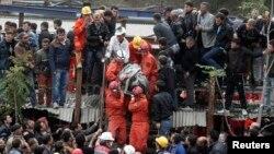 Equipas de resgate carregam as vítimas da explosão de uma mina na Turquia esta quarta-feira, 14 de Maio