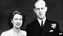 Putri Elizabeth, ahli waris tahta Kerajaan Inggris, dan tunangannya, Letnan Philip Mountbatten, 10 Juli 1947, mengumumkan pertunangannya di London.