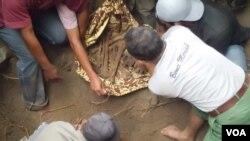 Warga menemukan tulang belulang manusia yang diduga milik para korban penghilangan secara paksa pada masa operasi Daerah Operasi Militer (DOM) di provinsi Aceh (foto dokumentasi: Kontras Aceh).