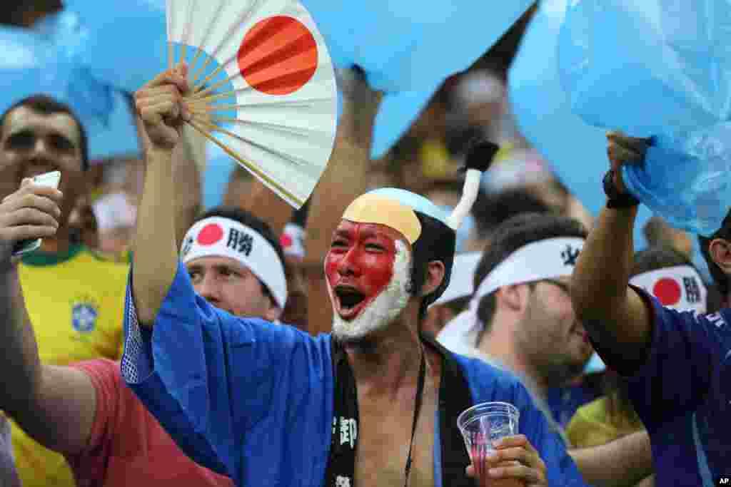 طرفداران تیم فوتبال ژاپن تیم محبوب شان را در بازی المپیک تشویق می کنند. ژاپن ۵ بر ۴ به نیجریه باخت.