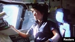 "Сэлли Райд в кабине челнока ""Челленджер"", 25 июня 1983 года"