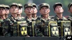 Солдати з пакунками із ядерною символікою під час параду у Пхеньяні (архівне фото)