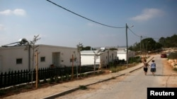 """2014年8月31日以色列妇女走在伯利恒附近犹太人定居被称""""格瓦欧特""""的街道上"""