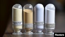 稀土矿物样品:氧化铈,氟碳铈,氧化钕和碳酸镧在美国加利福尼亚州Molycorp 公司的芒廷帕斯稀土设施展出。(2015年6月29日)