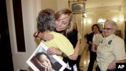 Debbie Ziegler sujeta la foto de su hija Brittany Maynard, quien tuvo que mudarse a Oregon para recibir ayuda para terminar con su vida. Brittany tenía cáncer terminal.