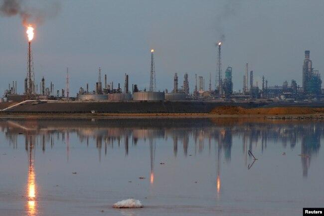 Vista general del complejo de refinería Amuay que pertenece a la petrolera estatal venezolana PDVSA en Punto Fijo, Venezuela, 17 de noviembre de 2016.