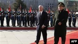 Bộ trưởng Quốc phòng Trung Quốc Lương Quang Liệt tiếp đón Bộ trưởng Quốc phòng Hoa Kỳ Robert Gates tại Bắc Kinh, ngày 10/1/2011
