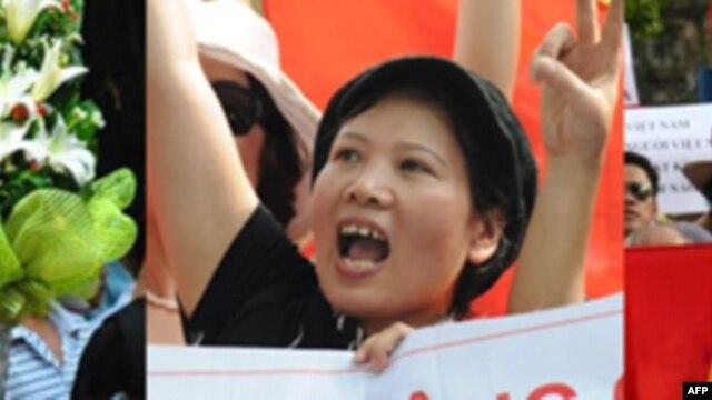 Bà Bùi Minh Hằng (trái), bà Đặng Bích Phượng (giữa), và ông Lê Văn Dũng vừa được tạm thả