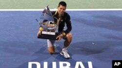 Đoković sa trofejem namenjenom pobedniku turnira u Ujedinjenim Arapskim Emiratima