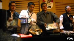Barang bukti uang senilai ratusan ribu dolar amerika yang disita KPK dari tangan Kepala SKK Migas Rudi Rubiandini. (Foto: Dok)