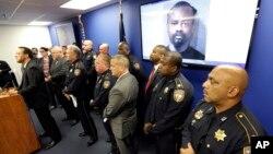 Autoridades policiales de Houston, Texas, durante una conferencia de prensa enla que mostraron el retrato del presunto autor de la masacre, David Conley