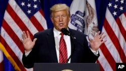 Presiden AS Donald Trump berbicara dalam acara kampanye di Des Moines, Iowa, Selasa (11/6).