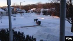 The snow covers the ground outside the Farabaugh home near Chicago, Illinois, Jan. 6, 2014. (VOA/Kane Farabaugh)