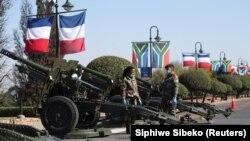 Les drapeaux de la France et de l'Afrique du Sud à Pretoria avant l'arrivée du président français Emmanuel Macron pour une visite d'État en Afrique du Sud, le 28 mai 2021.