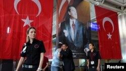 İstanbul Atatürk Havalimanı'nda bayraklar ve Atatürk resmiyle kaplanan saldırı bölgesi