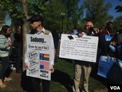 反對同性婚姻的人士在聯邦最高法院法院前(美國之音亞微拍攝)