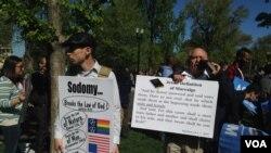 反对同性婚姻的人士在联邦最高法院法院前(美国之音亚微拍摄)