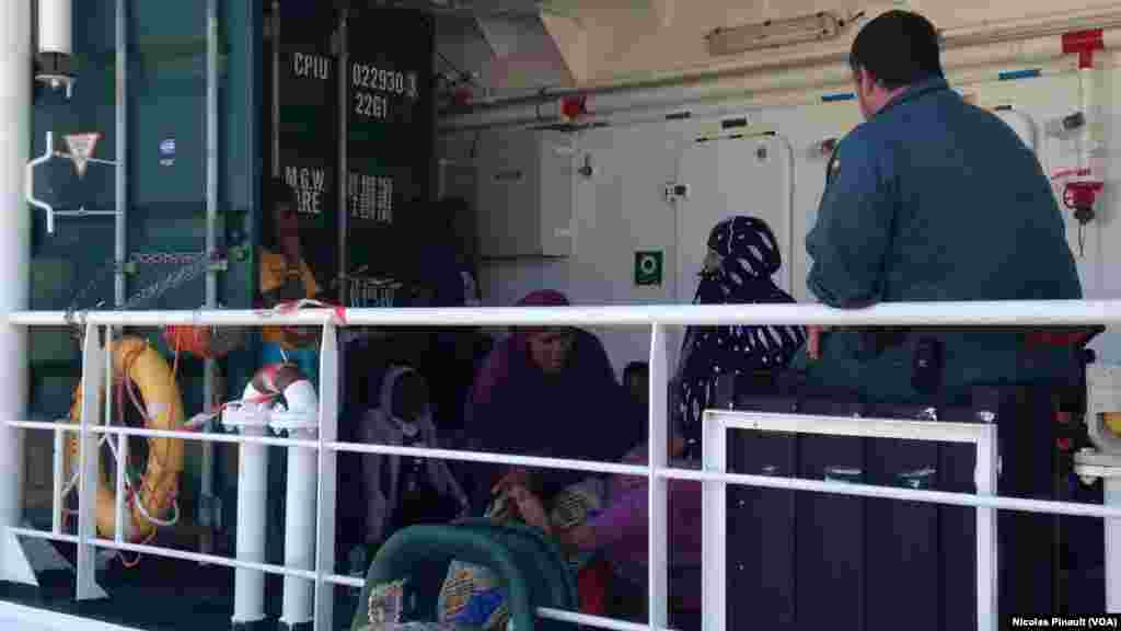 "Les migrants attendent pour débarquer du ""Rio Segura"" à Pozzallo, Sicile, 7 octobre 2015 (Nicolas Pinault/VOA)."