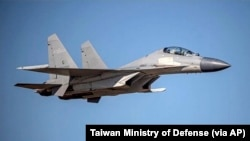 资料照片:台湾国防部公布的一张中国人民解放军歼-16战斗机在某未披露地点飞行的照片。