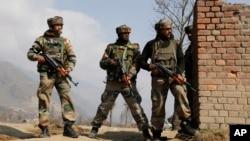 Tentara India mengambil posisi dalam baku tembak dengan militan di Pampore, dekat Srinagar, Kashmir-India, Senin (22/2).