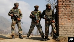 Indian Army soldiers take position during a gunbattle between security forces and Kashmiri rebels in Pampore, near Srinagar, Indian-controlled Kashmir, Feb. 22, 2016.