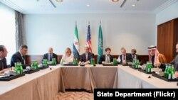 Le secrétaire d'Etat américain John Kerry, aux côté d'Adel al-Jubeir, le ministre des Affaires étrangères de l'Arabie Saoudite, et du chef de l'opposition syrienne Dr. Riyad hijab le 11 février 2016, avant une réunion à trois voies axée sur la Syrie qui précède la Conférence sur la sécurité de Munich.