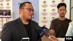Jubir BPN Prabowo-Sandi, Dahnil Anzar Simanjuntak, memberikan keterangan kepada sejumlah media di Prabowo-Sandi Media Center, Kamis (20/6). (VOA/Ghita).