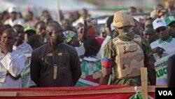ທະຫານໄນຈີເຣຍ ຄົນນຶ່ງກຳລັງຢືນຍາມຮັກສາຄວາມປອດໄພ ໃນຂະນະທີ່ ປະທານາທິບໍດີ Goodluck Jonathan ໂຄສະນະຫາສຽງທີ່ ເມືອງ Yola ປະເທດໄນຈີເຣຍ.