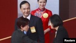 Ứng viên Tổng thống của Đảng Dân Tiến Thái Anh Văn (phải) bắt tay Phó Viện trưởng Viện Lập pháp Hồng Tú Trụ khi họ cùng Chủ tịch Quốc Dân Đảng Chu Lập Luân mừng Quốc khánh ở Đài Bắc, 10/10/2015.