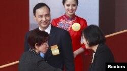 台灣國民黨主席朱立倫(中)替換上洪秀柱(左)為下屆總統參選人。右為民進黨總統參選人蔡英文。(資料圖片)