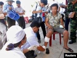 Một ngư dân được chăm sóc y tế khi trở về nhà, sau khi chiếc thuyền của anh đã bị tàu Trung Quốc đâm gần quần đảo tranh chấp Hoàng Sa