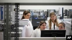 Các kỹ thuật viên làm việc tại Phòng thí nghiệm Kiểm soát Doping Brazil (LBCD) trước chuyến thăm của Bộ trưởng Thể thao Brazil ở Rio de Janeiro, ngày 8 tháng 5 năm 2015.