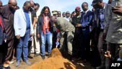 Le président du Liberia, George Weah, donne le coup d'envoi de la construction d'un hopital militaire, près de Morovia, le 26 mars 2018.
