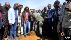 Le président du Liberia, George Weah, donne le coup d'envoi de la construction d'un hôpital militaire, près de Monrovia, le 26 mars 2018.