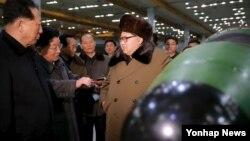 지난해 3월 김정은 북한 국무위원장이 핵무기 연구 부문 과학자, 기술자들을 만나 핵무기 병기화 사업을 지도하는 모습을 조선중앙통신이 보도했다.